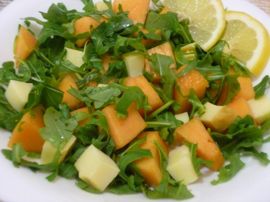 Salata estiva (rucola , pepene galben si cascaval)